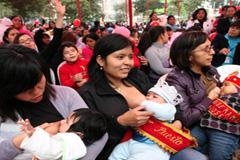 Amamantando durante una asamblea (Foto PAHO)