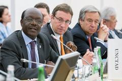 Mukhisa Kituyi, (Izq) Secretario General de la UNCTAD