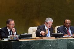 Mogens Lykketoft, (centro) preside asamblea (UN)