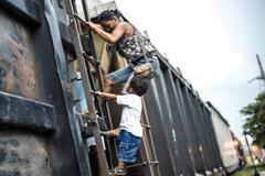 Niño refugiado huyendo de la violencia (UN)