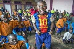 Niños africanos reciben ayuda del Barça (UN)