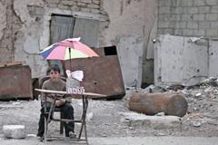 Niño sobreviviendo en la guerra (UN)