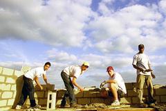 Jóvenes en la construcción (FOTO WB)