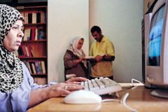 Usuaria de Internet en el Cairo (Foto UN)