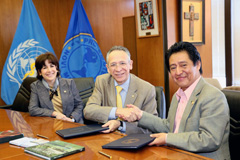 La firma del convenio (Foto PAHO)