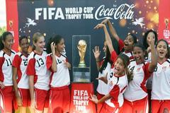 El Trofeo a su paso por las Islas Caiman (Foto Fifa)