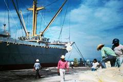 Un barco mercante en faenas (foto WB)