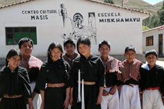 Una escuela que enseña en lengua nativa  WB)