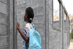 Con plástico reciclado se construyen miles de aulas de clase en África